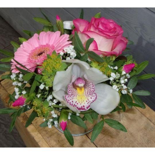 Composition avec une orchidée, un germini et une rose